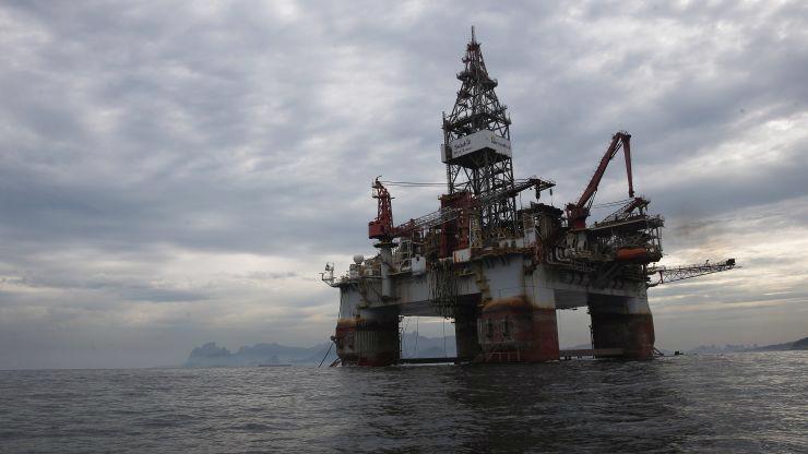 Nỗi lo thừa cung, thiếu cầu đang gây sức ép giảm mạnh lên giá dầu - Ảnh: Reuters/CNBC.