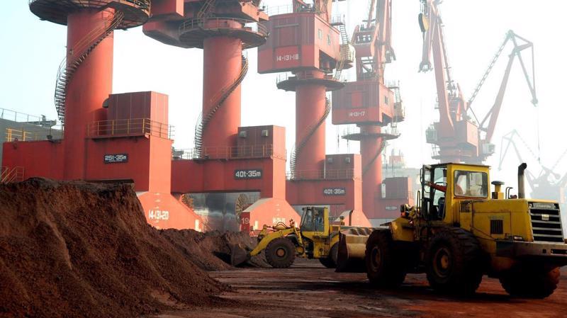 Đất hiếm chờ lên tàu xuất khẩu tại một cảng biển ở Giang Tô, Trung Quốc, tháng 10/2010 - Ảnh: Reuters.