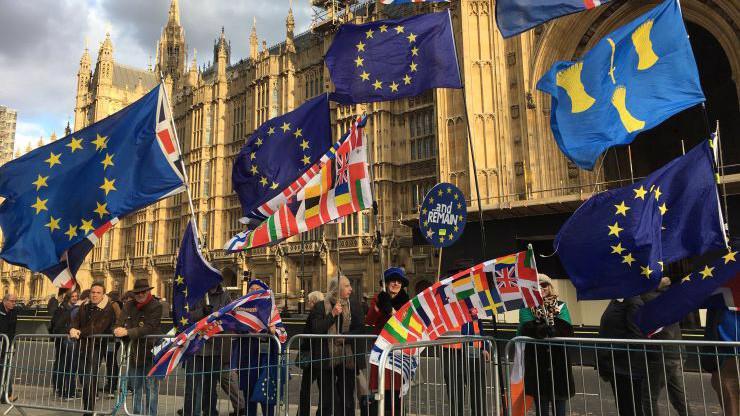 Người ủng hộ EU biểu tình trước tòa nhà Quốc hội Anh ở London, tháng 12/2018 - Ảnh: CNBC.