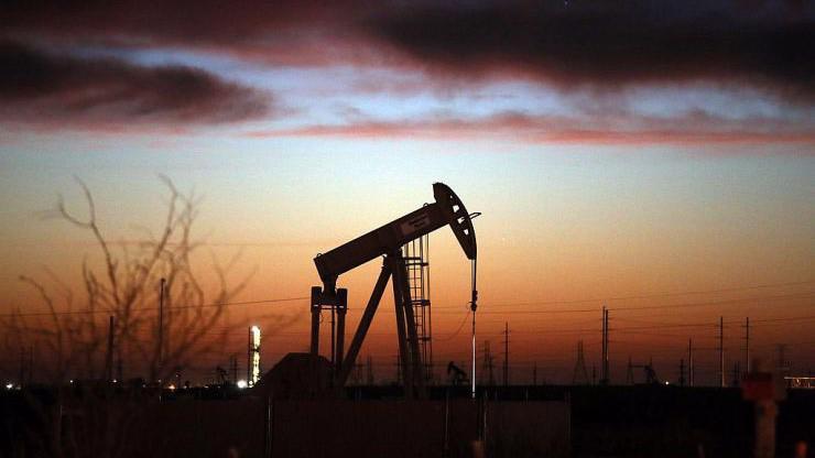 So với mức đỉnh của năm 2019 thiết lập hồi tháng 4, giá dầu Brent hiện giảm 20%, còn giá dầu WTI đã trượt 23% - Ảnh: Getty/CNBC.