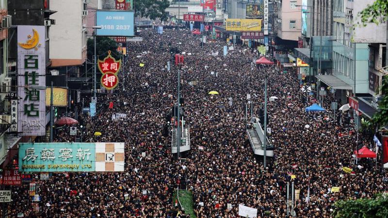 Biển người biểu tình trên đường phố Hồng Kông ngày 16/6 - Ảnh: Bloomberg.