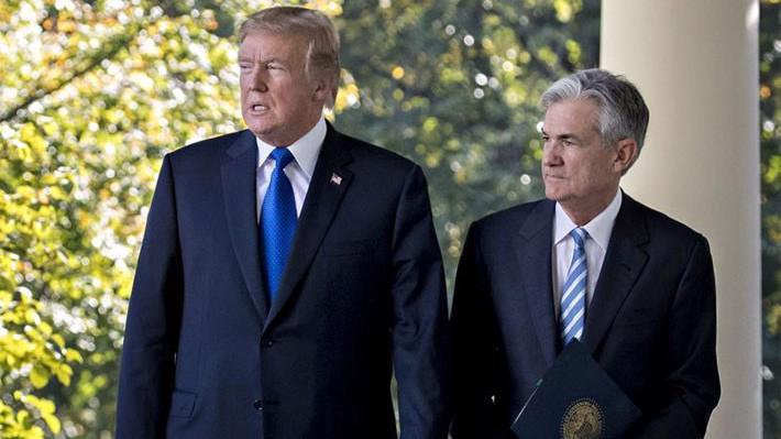 Tổng thống Mỹ Donald Trump (trái) và Chủ tịch FED Jerome Powell - Ảnh: Bloomberg.