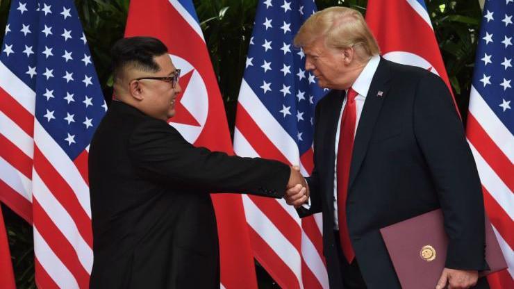 Chủ tịch Triều Tiên Kim Jong Un (trái) và Tổng thống Mỹ Donald Trump trong cuộc gặp thượng đỉnh ở Singapore tháng 6/2018 - Ảnh: Reuters/CNBC.