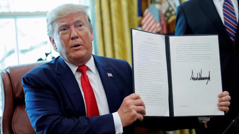 Tổng thống Mỹ Donald Trump ký sắc lệnh tăng cường trừng phạt Iran ngày 24/6 - Ảnh: Reuters.