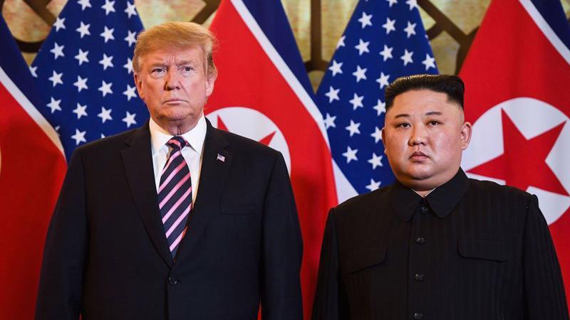 Tổng thống Mỹ Donald Trump (trái) và Chủ tịch Triều Tiên Kim Jong Un tại Hà Nội hôm 27/2/2019 - Ảnh: Getty/Bloomberg.