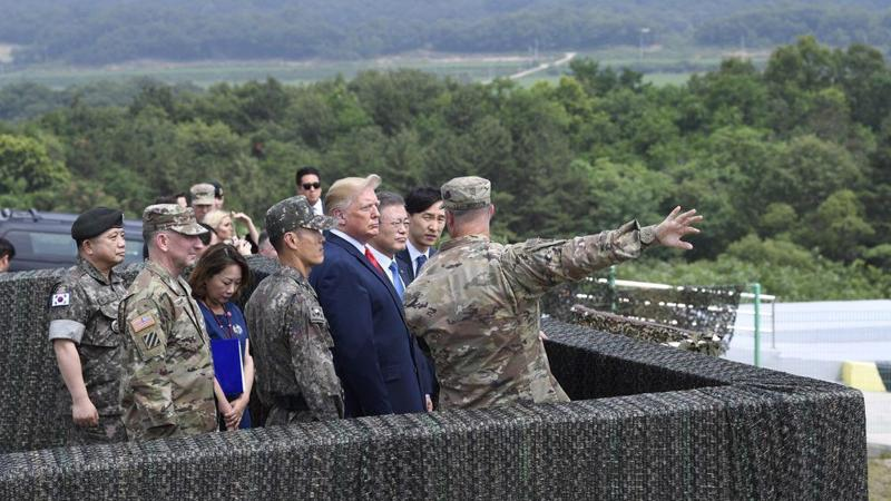 Tổng thống Mỹ Donald Trump nhìn về phía Triều Tiên từ một đài quan sát ở khu phi quân sự (DMZ) thuộc biên giới Hàn-Triều ngày 30/6 - Ảnh: AP/Bloomberg.