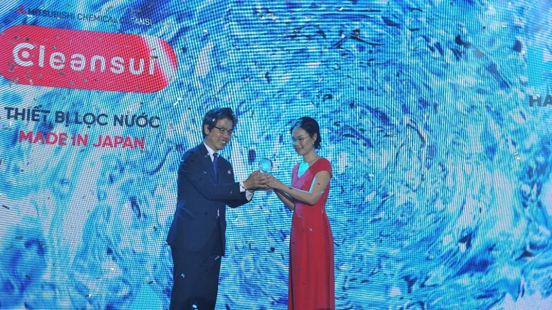"""Ông Kinoshita Hiroyuki trao tặng Quả cầu """"Sứ mệnh"""" cho đại diện Công ty TNHH Hải Li – Bà Võ Thị Hồng Mai."""