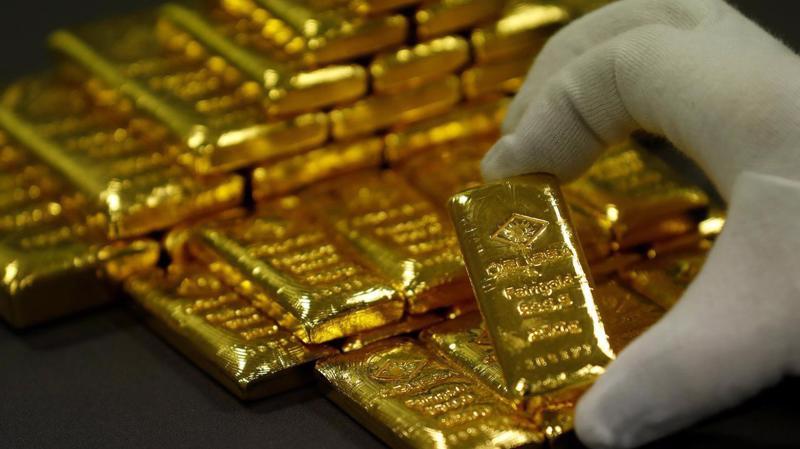 Giá vàng quốc tế đang chịu áp lực giảm từ đồng USD mạnh lên, nhưng cũng được hỗ trợ bởi nhu cầu phòng ngừa rủi ro của giới đầu tư - Ảnh: Reuters.