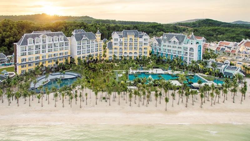 Với sự vào cuộc của nhiều chủ đầu tư lớn ngày càng có nhiều khu phức hợp, nghỉ dưỡng lớn được xây dựng đem tới Phú Quốc những thương hiệu nghỉ dưỡng tốt nhất hiện nay như Park Hyatt, InterContinental, JW Mariott, Novotel, Melia…