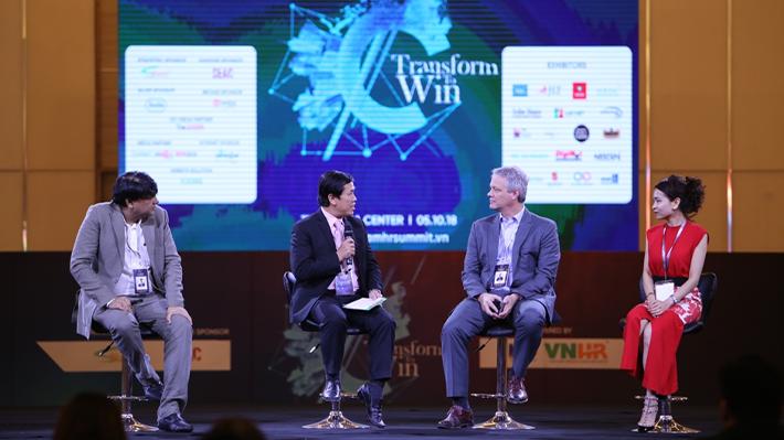 """Ông Lê Hồng Phúc (thứ 2 từ trái qua): """"Nhân sự Việt Nam đang dần đổi mới và sáng tạo hơn từng ngày""""."""