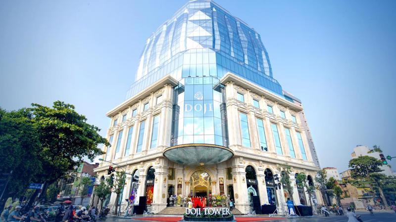 DOJI Tower hiện rõ như một viên kim cương khổng lồ, tạo hình bởi hàng ngàn tấm kính đặc biệt nằm vững chãi trên bệ đỡ là phần khối đế Tòa nhà hoàn toàn được ốp đá tự nhiên Cream Marphil.