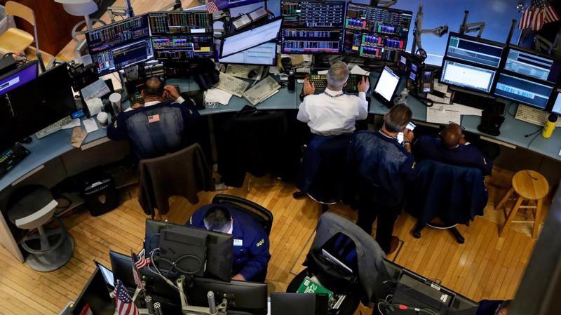 Các nhà giao dịch cổ phiếu làm việc trên sàn NYSE ở New York, Mỹ - Ảnh: Reuters.