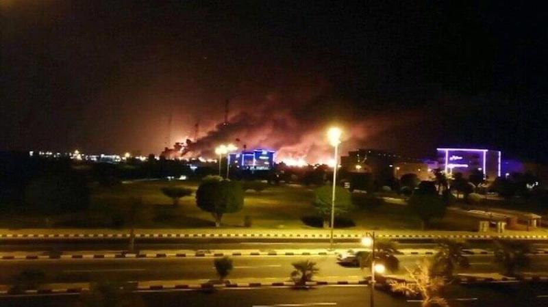 Cơ sở dầu lửa của Saudi Aramco chìm trong biển lửa sau vụ tấn công hôm thứ Bảy - Ảnh: Fox News.