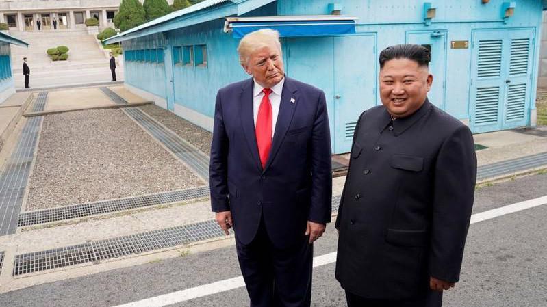 Tổng thống Mỹ Donald Trump (trái) và Chủ tịch Triều Tiên Kim Jong Un trong cuộc gặp ở biên giới hai miền bán đảo Triều Tiên hôm 30/6 - Ảnh: Reuters.