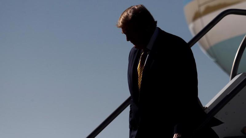 Tổng thống Mỹ Donald Trump bước xuống từ máy bay Không lực 1 hôm 17/9 - Ảnh: Reuters.