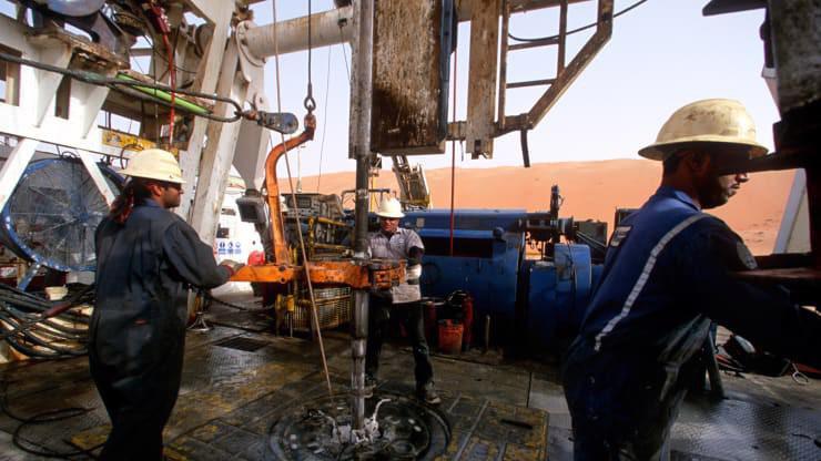 Các công nhân làm việc trên mỏ dầu ở Shaybah, Saudi Arabia hồi năm 2003 - Ảnh: Getty/CNBC.