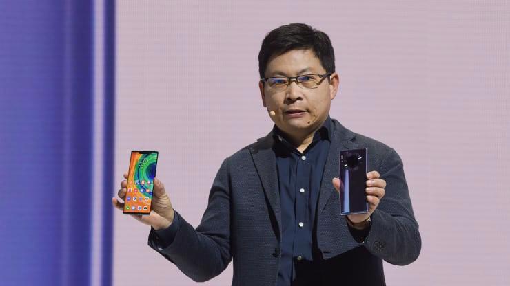 Ông Richard Yu, Giám đốc điều hành (CEO) phụ trách mảng thiết bị tiêu dùng của Huawei, giới thiệu Mate 30 và Mate 30 Pro tại Munich ngày 19/9 - Ảnh: Getty/CNBC.