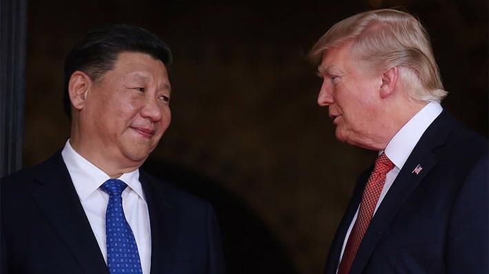 Chủ tịch Trung Quốc Tập Cận Bình (trái) và Tổng thống Mỹ Donald Trump. Thương chiến Mỹ-Trung đang gây sức ép giảm lên tăng trưởng kinh tế toàn cầu - Ảnh: Reuters.