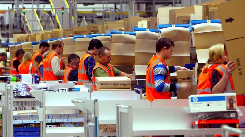 Nhân viên làm việc trong một nhà kho của Amazon - Ảnh: Getty/BI.