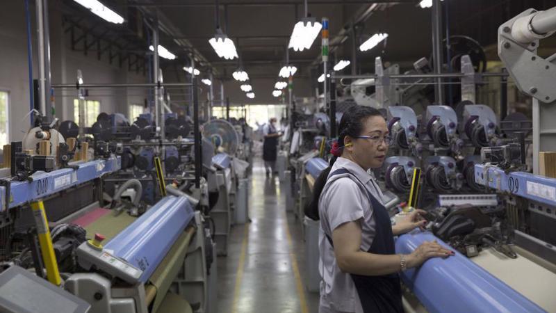 Công nhân làm việc trong một nhà máy dệt ở Pak Thong Chai, Thái Lan - Ảnh: Bloomberg.