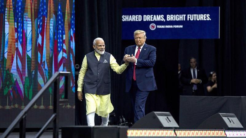 Thủ tướng Ấn Độ Narendra Modi (trái) và Tổng thống Donald Trump trong sự kiện ở Texas ngày 22/9 - Ảnh: Bloomberg.