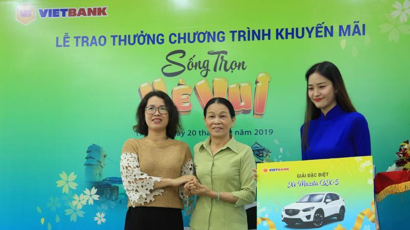 Bà Bùi Thị Kiều Oanh - Phó Giám đốc Khối khách hàng cá nhân Vietbank trao giải đặc biệt cho khách hàng Phạm Thị Xử.