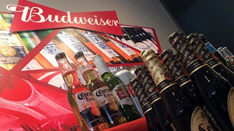 Vụ phát hành sắp tới của nhà sản xuất bia Budweiser dự kiến thu về khoảng 5 tỷ USD - Ảnh: Reuters.