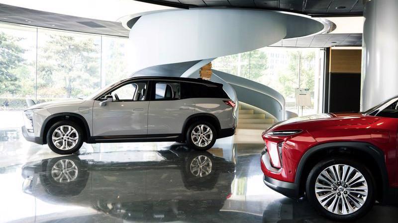 Xe điện do NIO sản xuất trưng bày trong một showroom ở Bắc Kinh - Ảnh: Bloomberg.