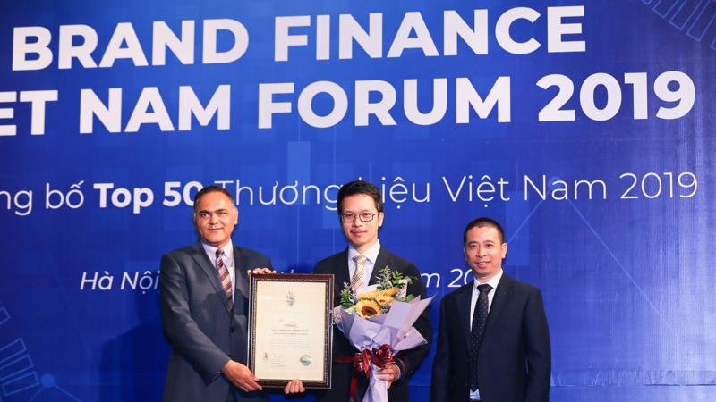Ông Trần Tuấn Việt (giữa), Giám đốc Trung tâm Truyền thông và Tiếp thị, VPBank, tại lễ trao giấy chứng nhận xếp hạng TOP 50 thương hiệu mạnh Việt Nam .