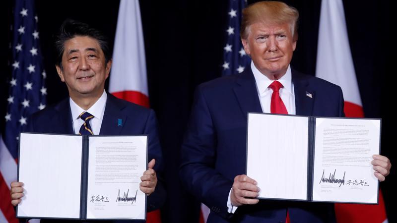 Thủ tướng Nhật Bản Shinzo Abe (trái) và Tổng thống Mỹ Donald Trump ký thỏa thuận thương mại Mỹ-Nhật tại New York ngày 25/9 - Ảnh: Nikkei.