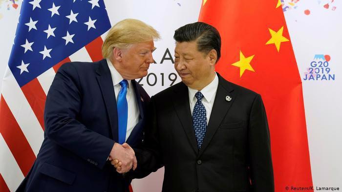 Tổng thống Mỹ Donald Trump (trái) và Chủ tịch Trung Quốc Tập Cận Bình trong cuộc gặp ở Osaka, Nhật Bản tháng 6/2019 - Ảnh: Reuters.