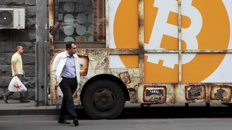 Một logo Bitcoin trên đường phố ở Armenia hôm 9/9/2019 - Ảnh: Reuters/CNBC.