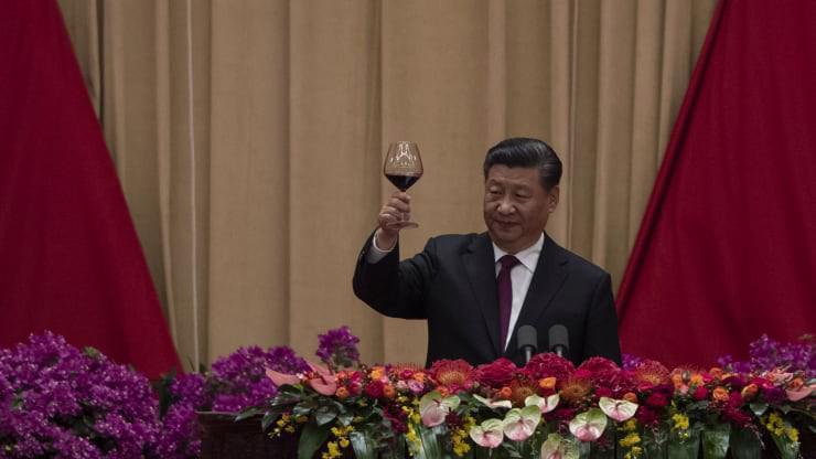 Chủ tịch Trung Quốc Tập Cận Bình nâng ly chúc mừng 70 năm Quốc khánh tại Đại lễ đường Nhân dân ở Bắc Kinh sáng 1/10 - Ảnh: Getty/CNBC.