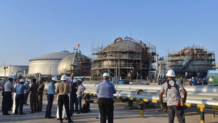 Các nhà báo thăm một cơ sở dầu lửa của Saudi Arabia hôm 20/9/2019 - Ảnh: Getty/CNBC.