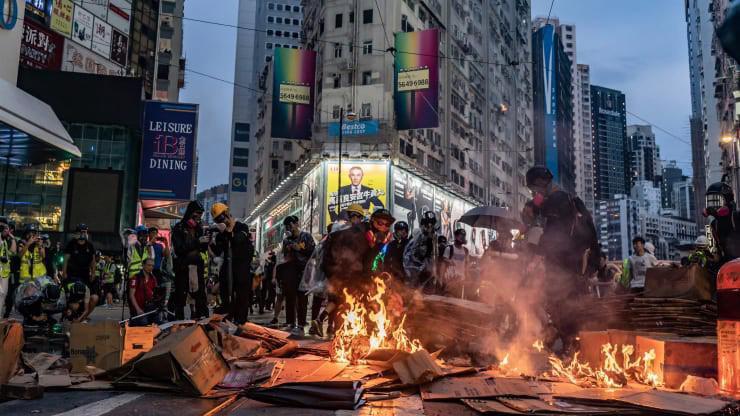 Người biểu tình đốt lửa trên đường phố Hồng Kông hôm 6/10 - Ảnh: Getty/CNBC.
