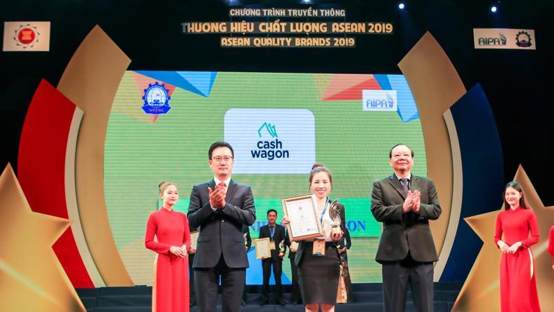 CEO Nguyễn Thị Thuý Hằng đại diện công ty TNHH Cashwagon nhận cúp và bằng khen vinh danh Top 10 Thương hiệu Chất lượng ASEAN 2019.