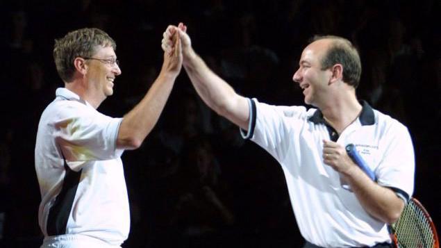 Nhà sáng lập Microsoft Bill Gates và nhà sáng lập Amazon Jeff Bezos trong một trận đấu quần vợt vào năm 2001 - Ảnh: Getty.