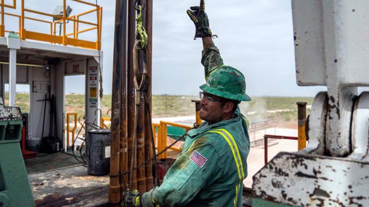 Người công nhân làm việc trên một mỏ dầu ở bang Texas, Mỹ, tháng 5/2018 - Ảnh: Getty/CNBC.
