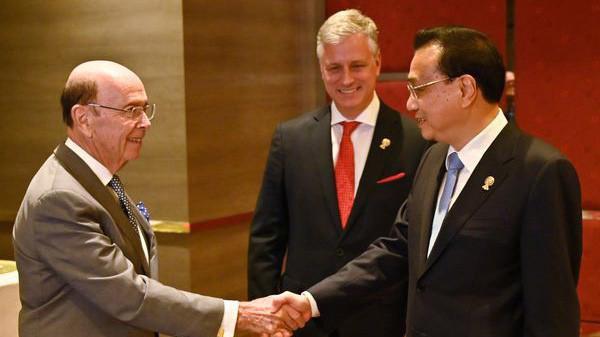 Từ trái qua: Bộ trưởng Bộ Thương mại Mỹ Wilbur Ross, cố vấn an ninh quốc gia Mỹ Rober O'Brien, và Thủ tướng Trung Quốc Lý Khắc Cường trong cuộc gặp sáng 5/11 tại Bangkok, Thái Lan - Ảnh: Getty/Bloomberg.