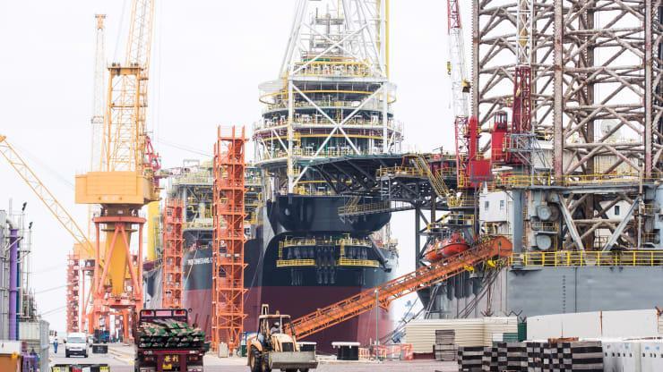 Một tàu chở dầu đang dỡ hàng tại cảng Singapore - Ảnh: Getty/CNBC.