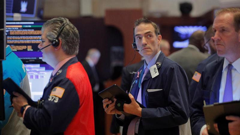 Các nhà giao dịch cổ phiếu trên sàn NYSE ở New York, Mỹ - Ảnh: Reuters/