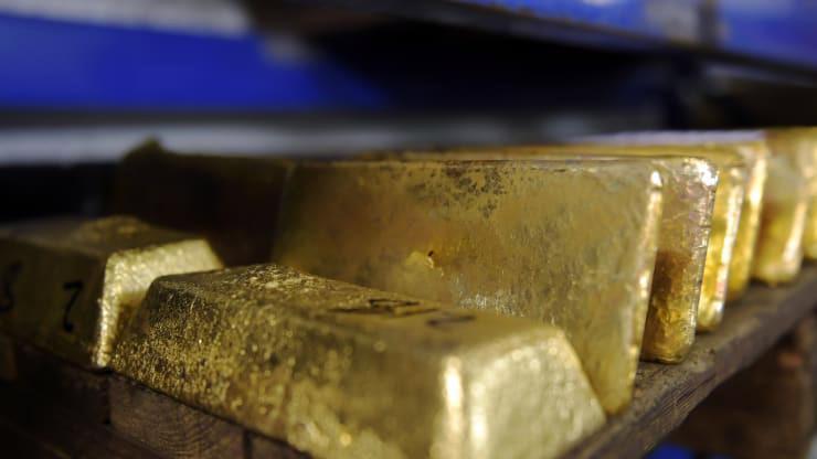 Giá vàng trong nước và thế giới đều đang ở đáy của hơn 3 tháng - Ảnh: Bloomberg/CNBC.