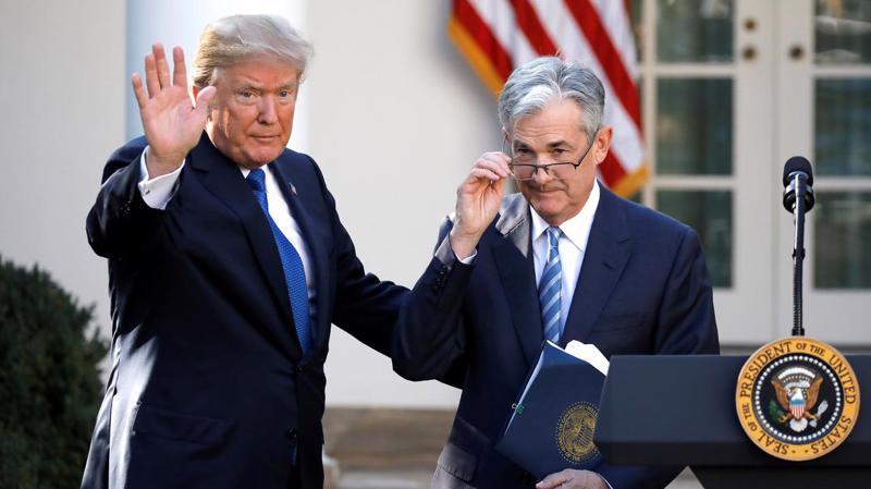 Tổng thống Mỹ Donald Trump (trái) khi công bố đề cử ông Jerome Powell cho cương vị Chủ tịch FED, tại Vườn Hồng, Nhà Trắng, tháng 11/2017 - Ảnh: Reuters.