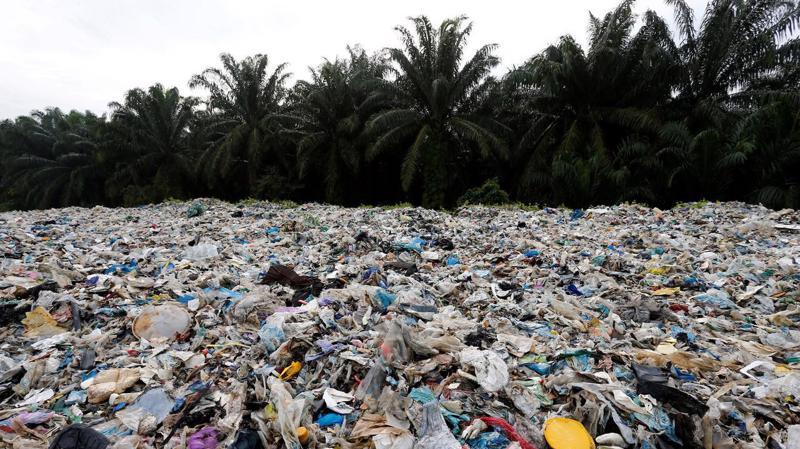 Một bãi rác thải ở Malaysia - Ảnh: Reuters.