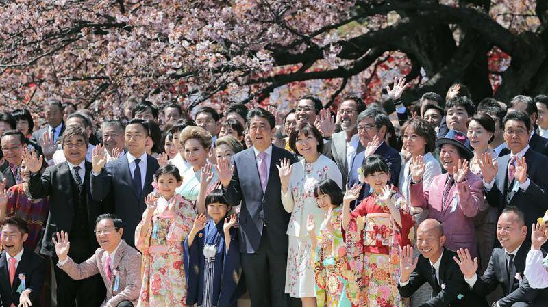 Thủ tướng Nhật Bản Shinzo Abe và các vị khách tại lễ hội hoa anh đào ở Tokyo, tháng 4/2019 - Ảnh: Getty/CNBC.