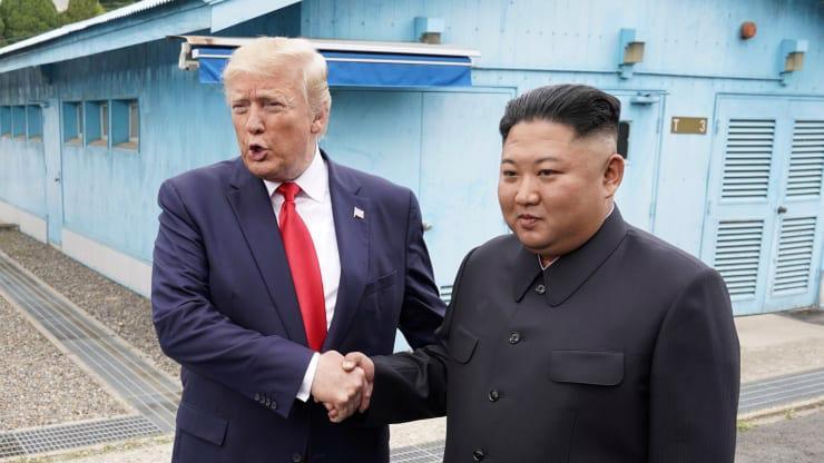 Tổng thống Mỹ Donald Trump và nhà lãnh đạo Triều Tiên Kim Jong Un trong cuộc gặp ở biên giới hai miền bán đảo Triều Tiên vào tháng 6/2019 - Ảnh: Reuters.