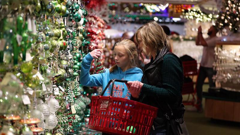 Người Mỹ mạnh tay chi tiêu trong mùa mua sắm cuối năm - Ảnh: Tân Hoa Xã.