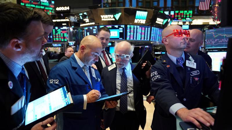 Các nhà giao dịch cổ phiếu trên sàn NYSE ở New York, Mỹ phiên ngày 31/12/2019 - Ảnh: Reuters.
