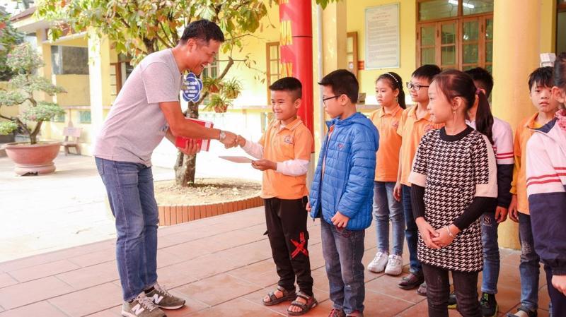 Tổng giám đốc Fuji Xerox Việt Nam, ông Yanagiya Masaaki trao tặng bộ sách truyện cho các em tại trường Tiểu Học Lại Xuân, huyện Thủy Nguyên, Hải Phòng.