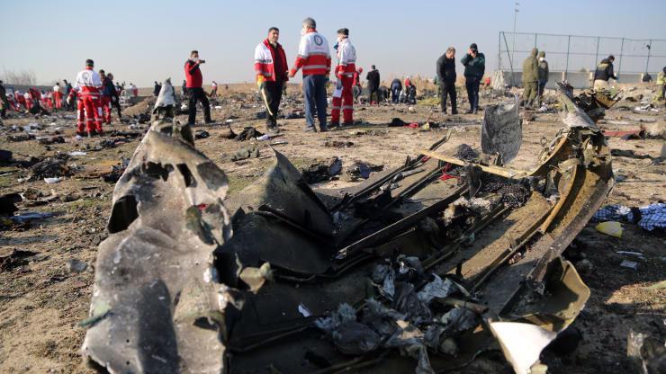 Hiện trường vụ rơi máy bay chở khách Ukraine ở Iran ngày 8/1 - Ảnh: Anadolu/CNBC.